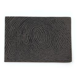 Handgefertigte Wandplatte / Fliese mit schwarzem Fingerabdruck - Draufsicht