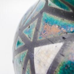 Design Vase aus dem Rakubrand mit geometrischen Muster - blau und kupfer - Detail