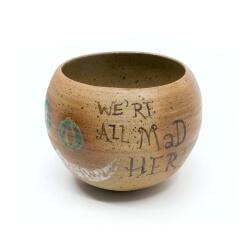 schöne handgefertigte Kugelvase aus dem Holzbrand mit der Grinsekatze - Schriftzug