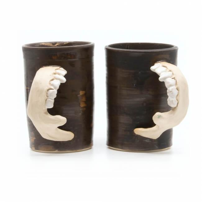 Handgetöpferte Tassenpaar Unterkiefer LARP Utensil Trinkbecher Humpen makaber - Zähne