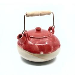 schöne handgefertigte teekanne im japanischen stil in rot - schraeg ob oben