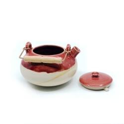 schöne handgefertigte teekanne im japanischen stil in rot - offen