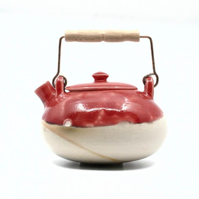 schöne handgefertigte Teekanne im japanischen Stil in rot - Seitenansicht