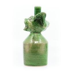 Handgefertigte grüne Flasche mit Katzenkopf Old Cats Purrbon makaber LARP - Seitenansicht
