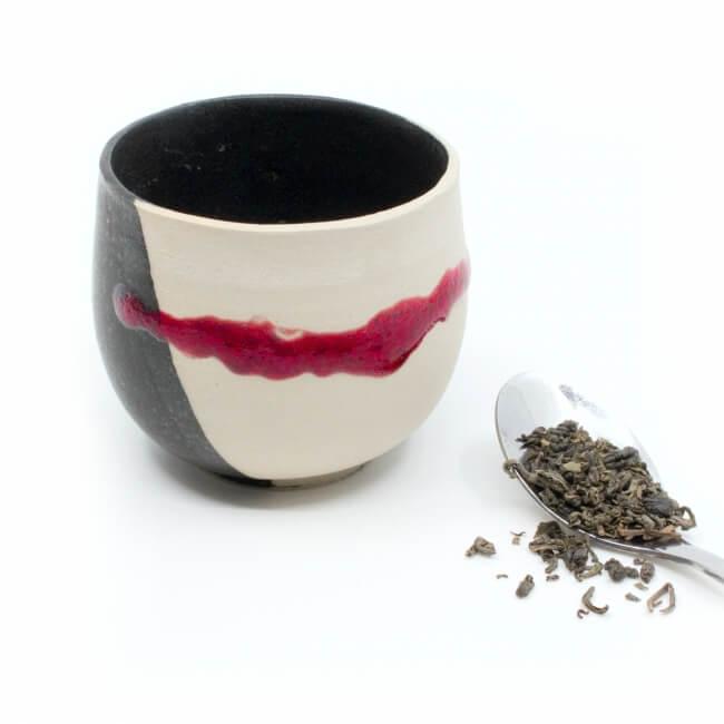 Handgetöpferte schöne Teeschale in weiß/schwarz/rot für Teetrinker - Frontansicht