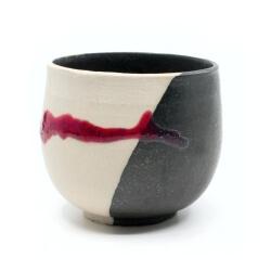 Handgetöpferte schöne Teeschale in weiß/schwarz/rot für Teetrinker - Seitenansicht