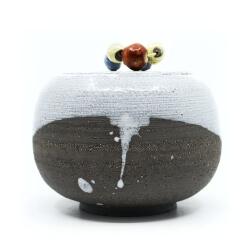Monochrome Kugeldose mit bunten Raku-Perlen Frontansicht