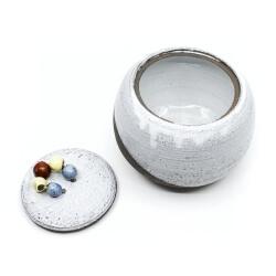 Monochrome Kugeldose mit bunten Raku-Perlen Innenansicht