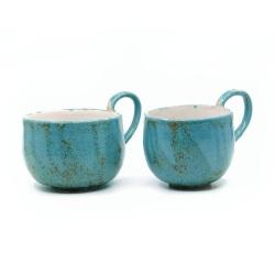 zwei handgefertigte Keramik Tassen Tassenpaar in blau - hangedreht - Schräg von Vorne