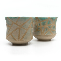 zwei handgefertigte Keramik Teeschalen Chawan Paar in azur - geometrisches Muster - Seitenansicht