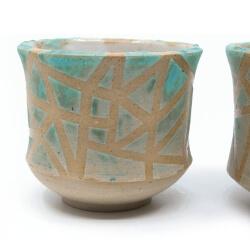 zwei handgefertigte Keramik Teeschalen Chawan Paar in azur - geometrisches Muster - Detail