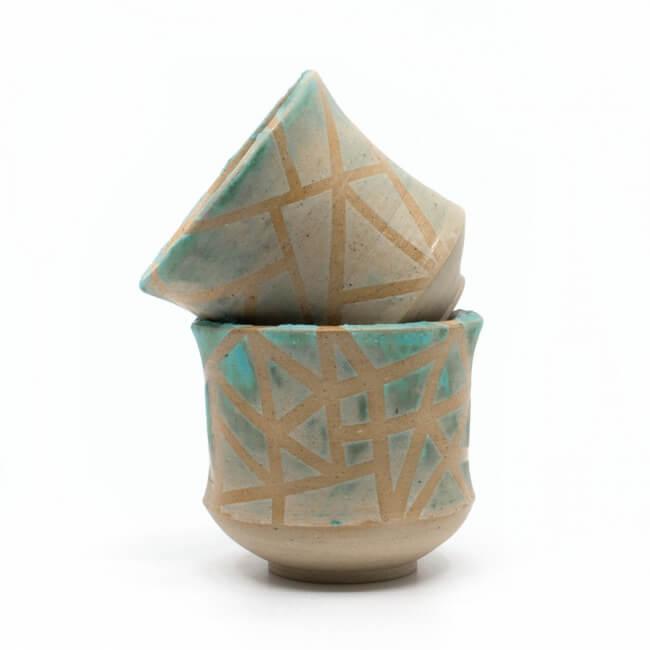 zwei handgefertigte Keramik Teeschalen Chawan Paar in azur - geometrisches Muster - Frontansicht