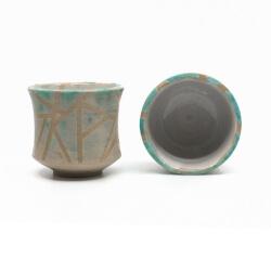 zwei handgefertigte Keramik Teeschalen Chawan Paar in azur - geometrisches Muster - innen