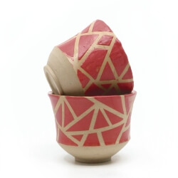 zwei handgefertigte Keramik Teeschalen Chawan Paar in rot - geometrisches Muster - Detailansicht