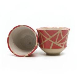 zwei handgefertigte Keramik Teeschalen Chawan Paar in rot - geometrisches Muster - innen