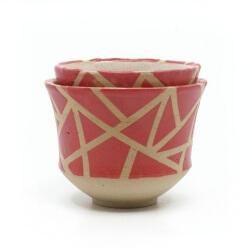 zwei handgefertigte Keramik Teeschalen Chawan Paar in rot - geometrisches Muster - ineinander gestellt