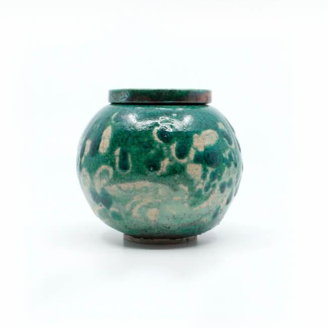 Schöne handgefertigte meergrüne Kugel-Dose aus dem Rakuband - Seitenansicht