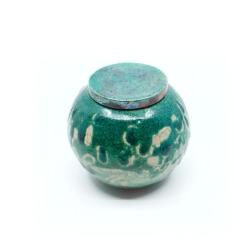 Schöne handgefertigte meergrüne Kugel-Dose aus dem Rakuband - Draufsicht