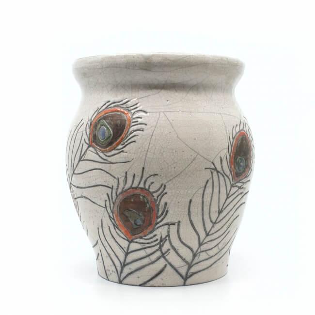 große Design Vase mit Pfauenfedern aus dem Rakubrand - Seitenansicht