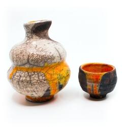 Einzigartiges handgefertigetes Raku Sake Set (Tokkuri und Guinomi) in weiß / orange - Unikat - Außenansicht