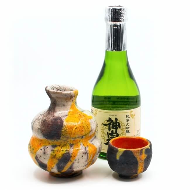 Einzigartiges handgefertigetes Raku Sake Set (Tokkuri und Guinomi) in weiß / orange - Unikat - Serviervorschlag