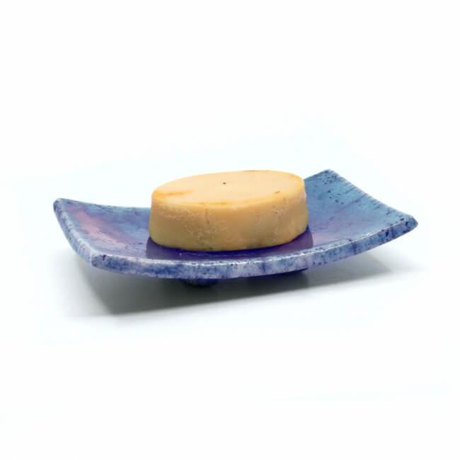 Handgefertigte eckige blaue Seifenschale mit Kupferakzenten aus dem Raku-Brand - mit Seife