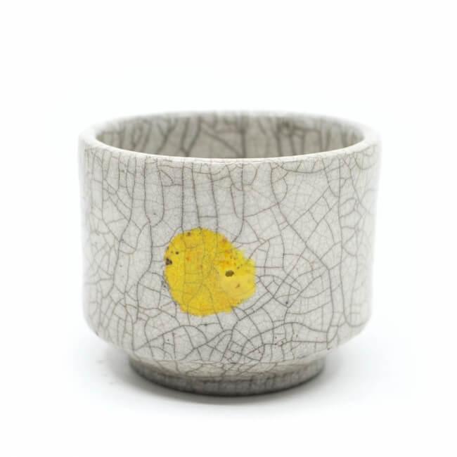 handgemachte weiße Raku Teeschale 'gelbe Sonne'