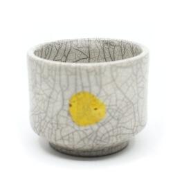 handgemachte weiße Raku Teeschale 'gelbe Sonne' Frontansicht