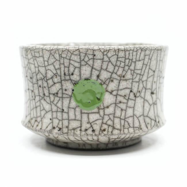 weiße Raku Teeschale 'Greenpoint' mit grünem Punkt