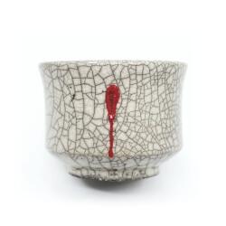 weiße Raku Teeschale 'Herzblut' mit roten Tropfen
