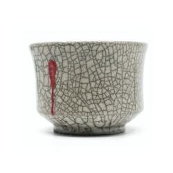 weiße Raku Teeschale 'Herzblut' mit roten Tropfen Seitenansicht