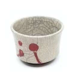 handgemachte Raku Teeschale mit roten Tropfen Seitenansicht