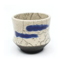 Raku Teeschale 'blaue Nebelschwaden' Detail