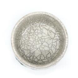 weiße Raku Teeschale 'Wasserblase' Innenansicht
