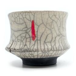Design Chawan aus dem Rakubrand mit Setzung - weiß und rot - Aussenansicht