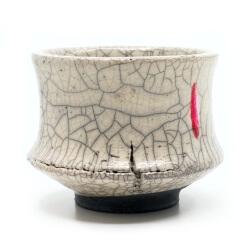 Design Chawan aus dem Rakubrand mit Setzung - weiß und rot - Detail