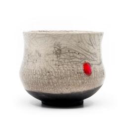 weißer Design Chawan aus dem Rakubrand - weiß und rotem Punkt - Seitenansicht
