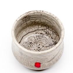 weißer Design Chawan aus dem Rakubrand - weiß und rotem Punkt - Innenansicht