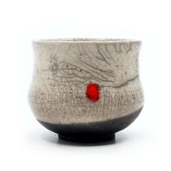 weißer Design Chawan aus dem Rakubrand - weiß und rotem Punkt - Frontansicht