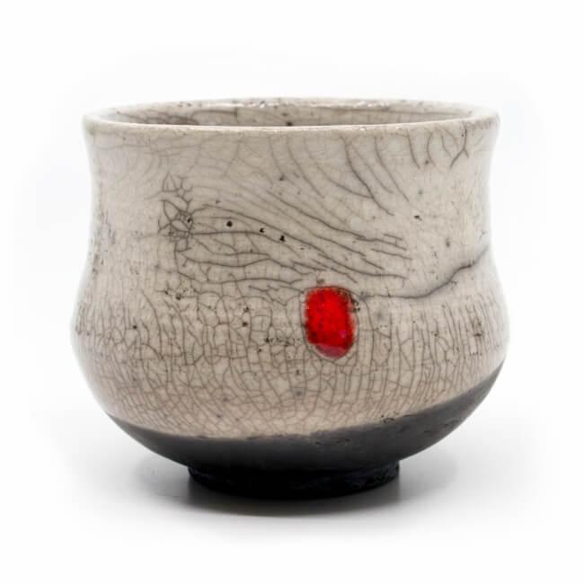 weißer Design Chawan aus dem Rakubrand - weiß und rotem Punkt - Detail