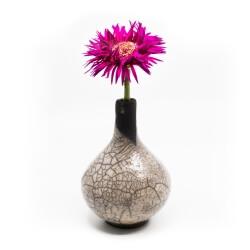 Bezaubernde weiße Vase aus dem Rakubrand mit bezauberndem Craquelé - Seitenansicht