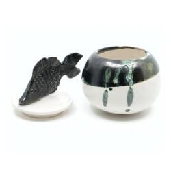 Handgefertigte maritime Kugeldose mit schönem plastischem Fisch - in grün schwarz - Offen