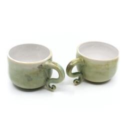 seladon gruenes Tassenpaar mit verspielten Henkel