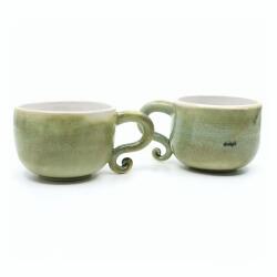 seladon gruenes Tassenpaar mit verspielten Henkel Aussenansicht