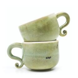 seladon gruenes Tassenpaar mit verspielten Henkel Aussenseite