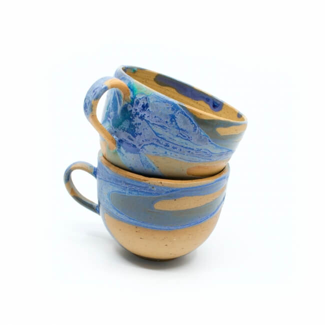 zwei handgefertigte Keramik Tassen Tassenpaar in lila/blau hangedreht - Detail