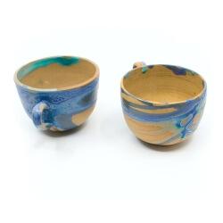 zwei handgefertigte Keramik Tassen Tassenpaar in lila/blau hangedreht - Innenansicht