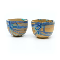 zwei handgefertigte Keramik Tassen Tassenpaar in lila/blau hangedreht - Seitenansicht