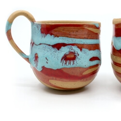 zwei handgefertigte Keramik Tassen Tassenpaar in blau/rot hangedreht - Detail