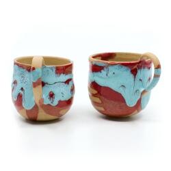 zwei handgefertigte Keramik Tassen Tassenpaar in blau/rot hangedreht - Henkel